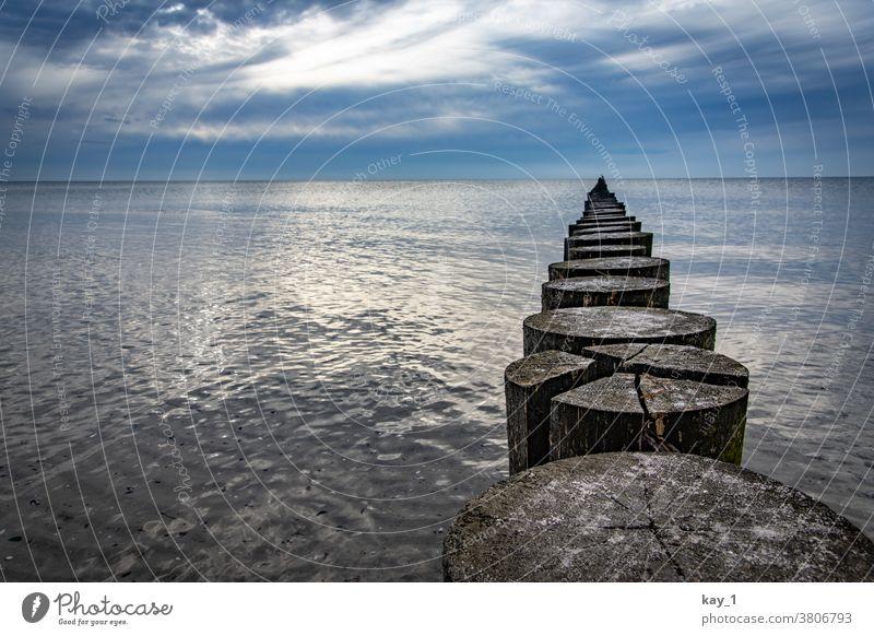 Buhne im stillen Wasser der Ostsee Ferne Himmel Horizont Natur Menschenleer Farbfoto Außenaufnahme Kontrast Panorama (Aussicht) Meer Starke Tiefenschärfe