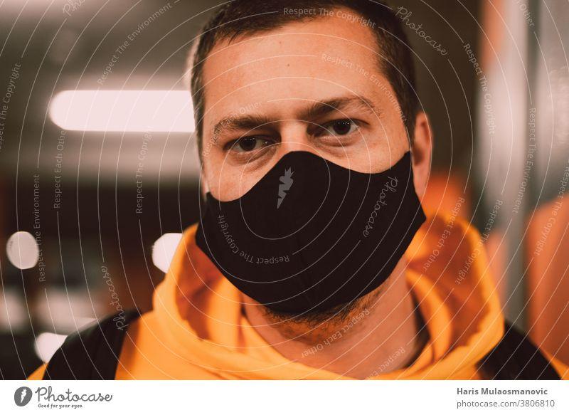 Mann mit Gesichtsmaske Nahaufnahme blond Bokeh Berühmtheit abschließen Konkurrenz Korona Coronavirus covid-19 Seuche Garage Infektion männlich Mann mit Maske