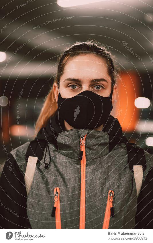 Frau mit Gesichtsmaske im Jackenporträt Erwachsener attraktiv schön schwarz lässig Sammlung cool Coronado-Brücke Coronavirus covid-19 kreativ Mode Garage
