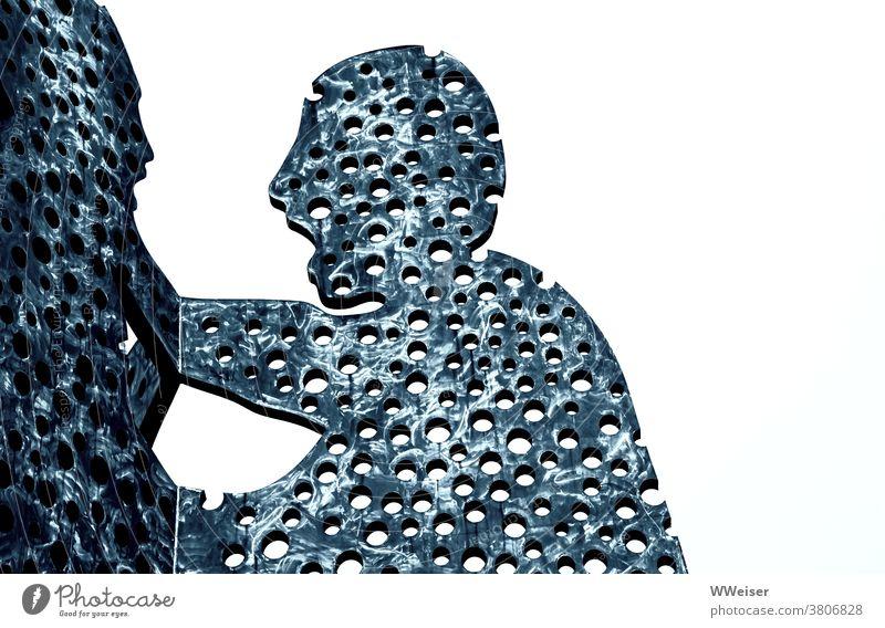 Die Molekülmänner tragen ihren Streit immer öffentlich aus Molecule Man Treptow Berlin Bildhauer Kunstwerk monumental Wasser Hafen Figuren Aluminium Löcher