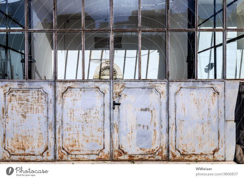 Die verwitterten, aber oft genutzten Türen einer alten Orangerie Wintergarten Tor Fenster Garten Italien Villa Palazzo Hinterhaus Anlage historisch Rom