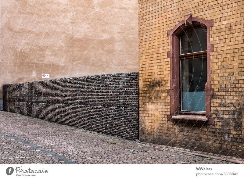 Ton in Ton präsentiert sich die stille kleine Straße Gasse Haus Mauer Zaun Wand Pflaster Fahrbahn Fenster braun gelb Struktur Muster Außenaufnahme Menschenleer