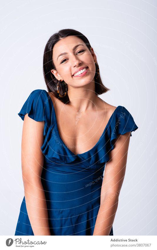 Schöne stilvolle Frau gegen weiße Wand expressiv charmant Stil Outfit angenehm sorgenfrei cool trendy charismatisch traumhaft Zahnfarbenes Lächeln Freude