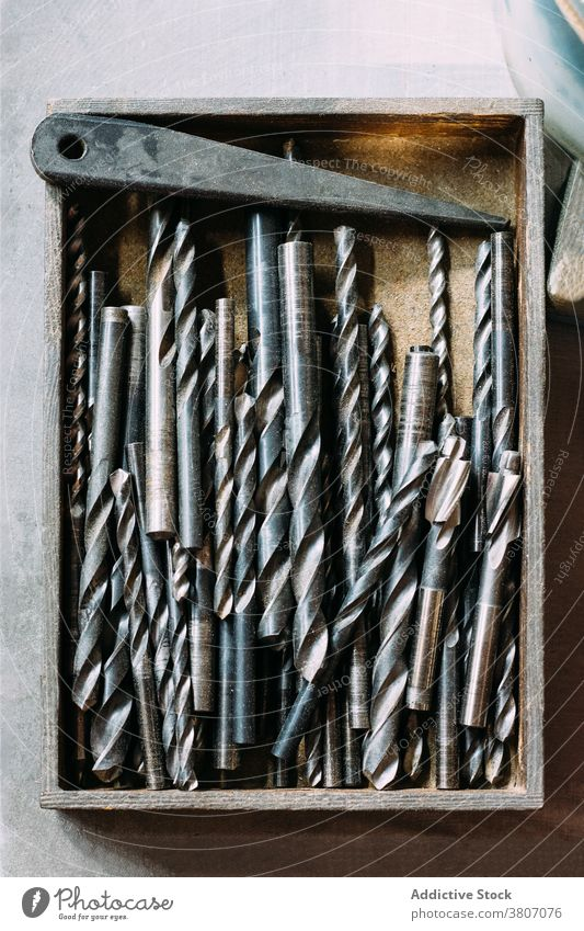Satz Metall-Spiralbohrer Werkzeug Instrument Gerät Herstellung Arbeitsplatz Werkstatt Maschinenbau bohren Reparatur Vorrat fixieren Dienst Sammlung Lager Kasten