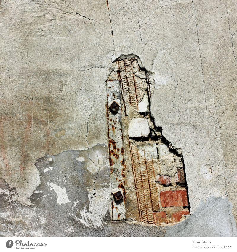 Mahn mal! Mauer Wand Loch Halterung Linie Backstein Putz Stein Metall einfach kaputt grau weiß Gefühle Verfall Farbfoto Gedeckte Farben Außenaufnahme