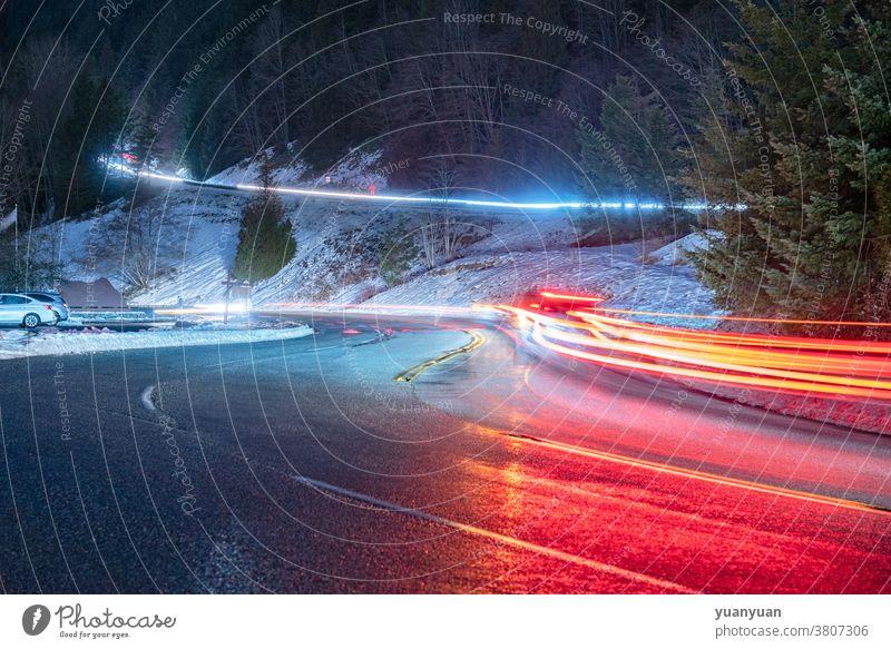 Verkehrsampeln bei Nacht Straße Geschwindigkeit Licht Transport Autobahn PKW Kurve Bewegung Berge u. Gebirge reisen Himmel dunkel Landschaft Ansicht