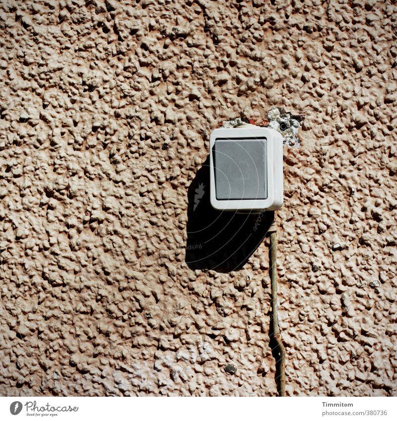 Zweckgebunden. Haus Mauer Wand Kunststoff hängen einfach braun grau Putzfassade Strukturen & Formen Lichtschalter Kabel Dübel Loch Schatten Neigung Funktion