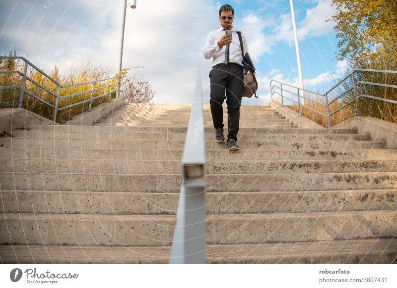Büroangestellter zu Fuß im Park Erwachsener Anzug Business professionell männlich Drahtlos Person Telefon im Freien gut gekleidet Technik & Technologie Mobile