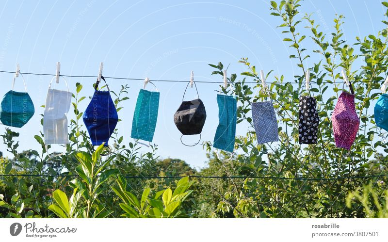 selbstgenähte Masken als Mundschutz in der Corona Krise hängen nach dem Waschen zum Trocknen an der Wäscheleine | corona thoughts Gesichtsmaske Atemschutzmaske