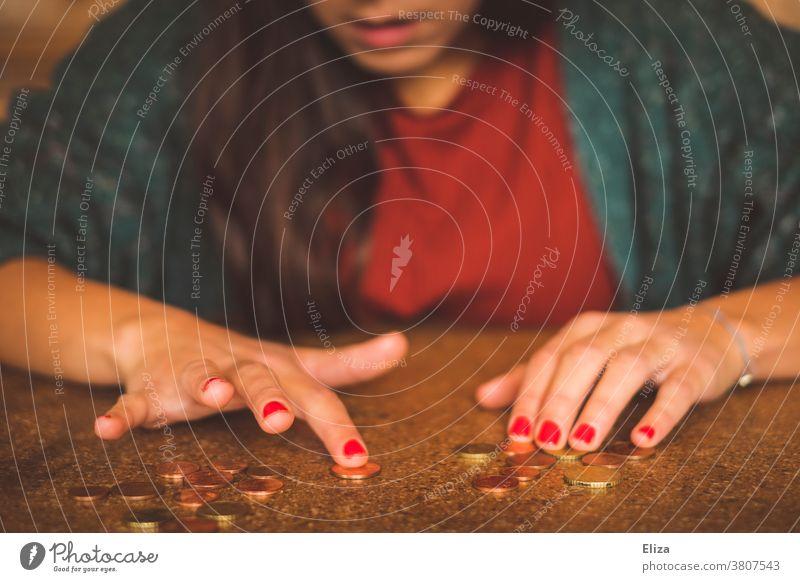 Junge Frau zählt Geld auf dem Tisch Geld zählen sparen Geldmünzen Kleingeld wirtschaften Geldknappheit Cent Kleinvieh Münzen wenig Armut bezahlen