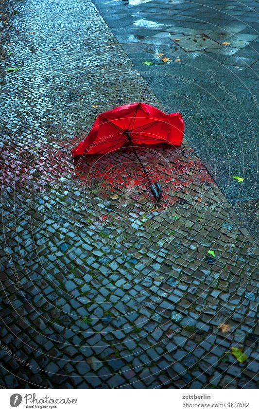 Regenschirm im Regen berlin defekt hauptstadt herbst hinterhaus kaputt regen regenschirm schöneberg straße straßenfotografie szene urban verloren wetter