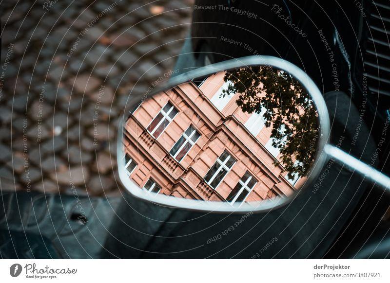 Hausfassade im Rückspiegel eines Rollers trist Architektur Gebäude Bauwerk trendy historisch Ferien & Urlaub & Reisen Tourismus Städtereise Sightseeing