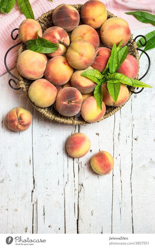 Reife, saftige Pfirsiche auf rustikalem Hintergrund Frucht Lebensmittel Gesundheit frisch Ackerbau Diät organisch Sommer roh rot süß Nektarine reif