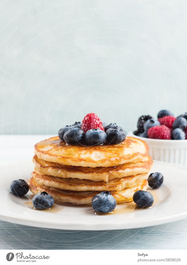Stapel Pfannkuchen mit Heidelbeeren und Sirup Lebensmittel Amerikaner Blaubeeren Frühstück Ahornsirup Beeren Liebling lecker Frucht süß weiß Himbeeren Rezept