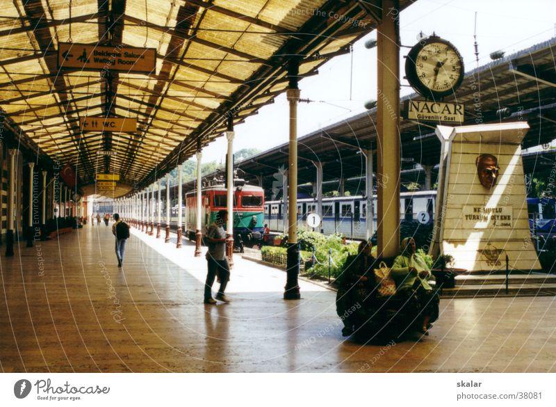 Zeitreise Mensch Ferien & Urlaub & Reisen warten Eisenbahn Perspektive Europa Bahnhof