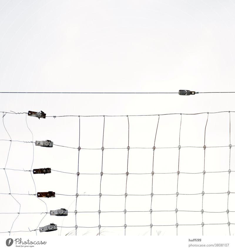 Zaun auf einem Deich mit verzerrten Drähten Barriere Draht Drahtzaun gebrochen Maschendraht Maschendrahtzaun Stacheldraht Sicherheit Schutz Deichkrone drahtig