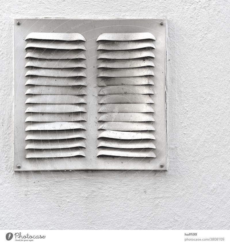 deformiertes Lüftungsgitter Lüftungsschacht lüftungsgitter Metall kaputt eingedrückt Delle Dellen Verformung Strukturen & Formen Fassade Muster Detailaufnahme
