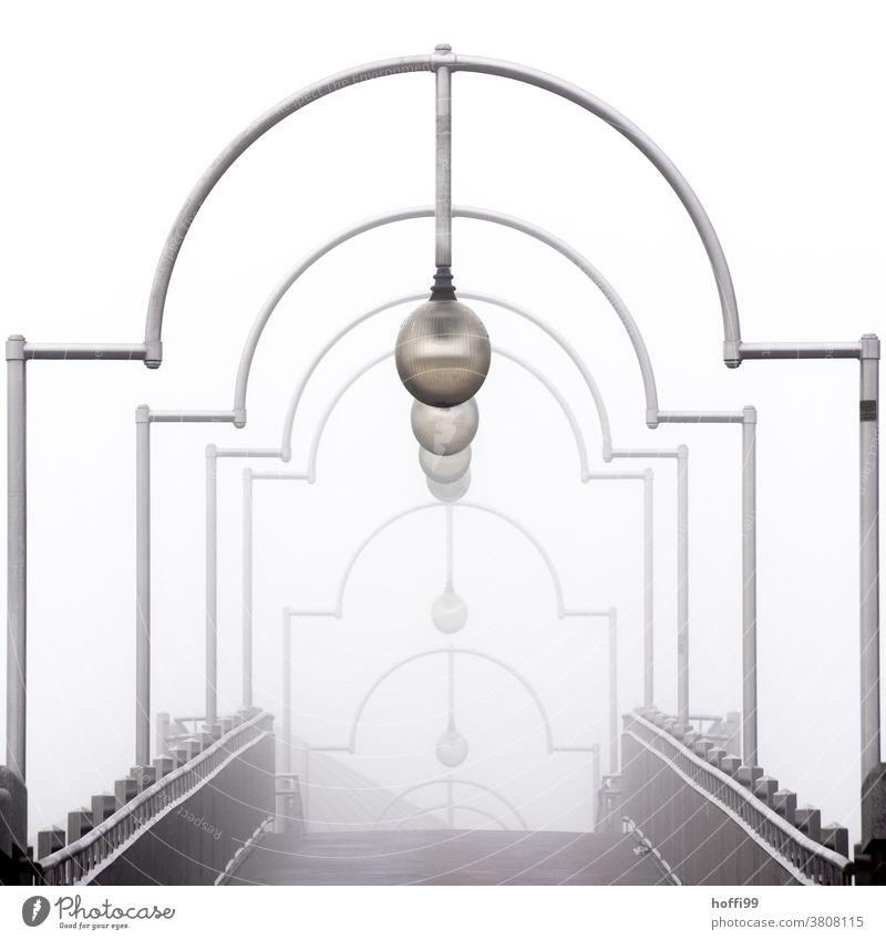 neblige Brücke mit Lampenbögen Bogen Straßenbeleuchtung Torbogen Wege & Pfade Ziel Morgen Nebel Herbst Tau Tropfen nass Morgentau Herbststimmung herbstnebel