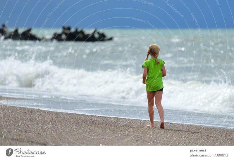 Spaziergang am Strand Mensch Kind Ferien & Urlaub & Reisen blau grün Sommer Sonne Meer Erholung Mädchen ruhig Glück Sand gehen Wellen
