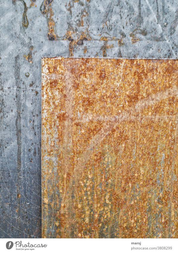 Zwei verschiedene Stahlbleche geometrisch angeordnet Eisen Rost Industrie Industriefotografie alt Metall Blech Klarheit hintereinander Kontrast Gegensatz