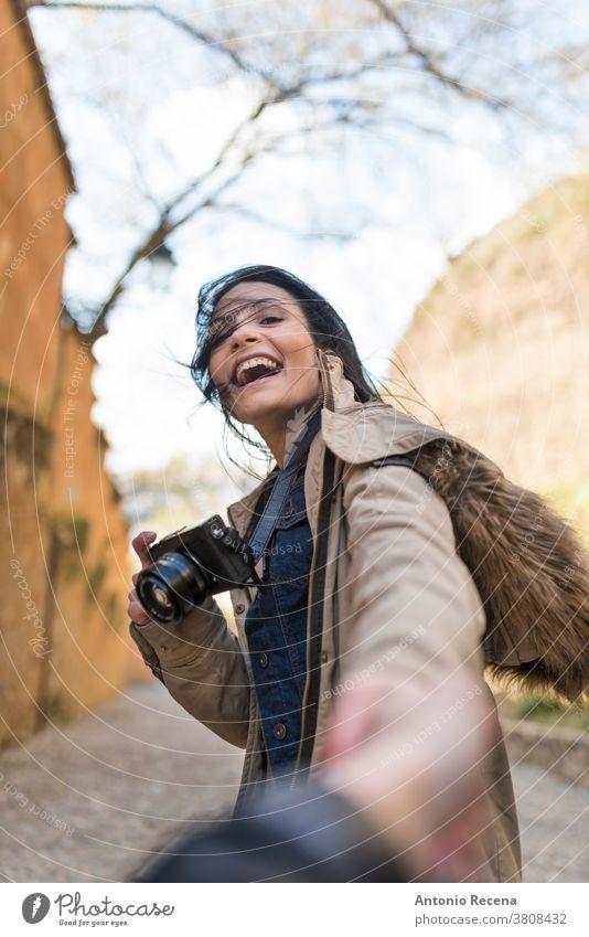 """Junge Touristin hält ihren Freund in der """"Cuesta del rey chico"""" in der Nähe der """"La Alhambra"""" Granada, Spanien Frau hübsch 30s 30-35 Jahre Menschen"""