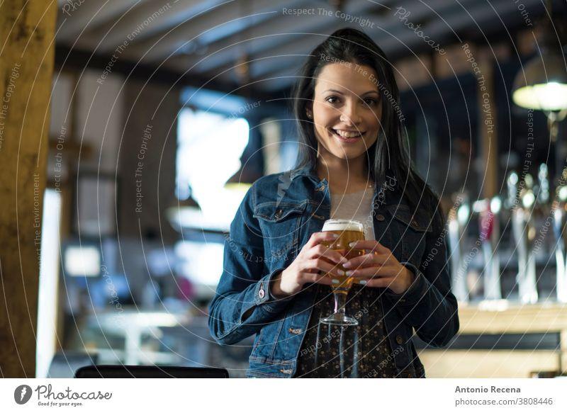 Hübsche Frau in Bar trinkt Bier Granada Tourist hübsch 30s 30-35 Jahre Menschen Nur eine Frau Person Frauen Lebensstile attraktiv Kaukasier