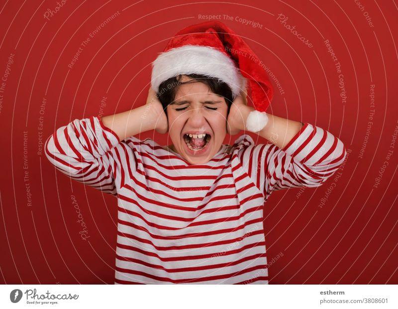 wütendes Kind mit Weihnachtsmannmütze und Händen auf dem Kopf Weihnachten schreit verzweifelt Heiligabend gestresst Nervös Verzweiflung Frustration frustriert