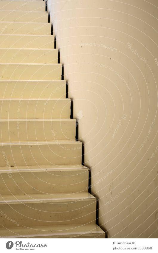 Rauf? oder Runter? Haus Parkhaus Gebäude Mauer Wand Treppe gehen groß hoch lang Business Architektur Innenarchitektur Treppenhaus Beton cremegelb Zickzack