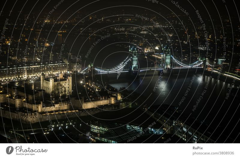 Tower of London bei Nacht. Themse thames Brücke bridge Stadt Verkehr traffic Bauwerk Straße street England Metropole Fluss river Konstruktion Stahlkonstruktion