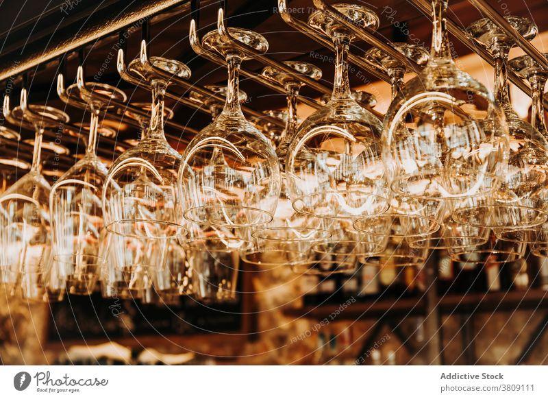 Biergläser hängen über dem Bartresen Glas Kelch glänzend Kristalle Weinglas Glaswaren Pub Restaurant Abfertigungsschalter Alkohol trinken Dienst Innenbereich
