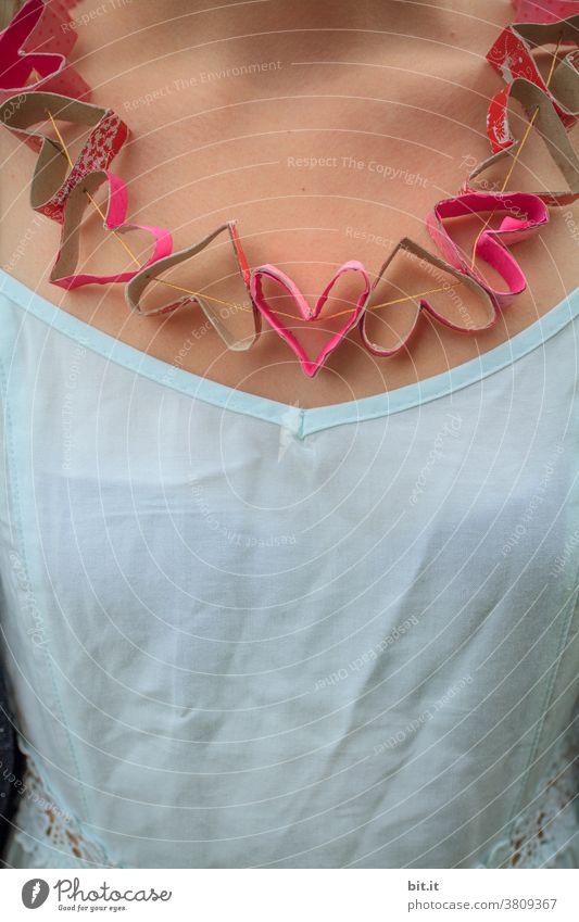 Jetzt hab ich die Liebe am Hals... Herz herzförmig herzen Kette Halskette Junge Frau Mädchen teenager Jugendliche Schmuck schön Papier Girlande Recycling