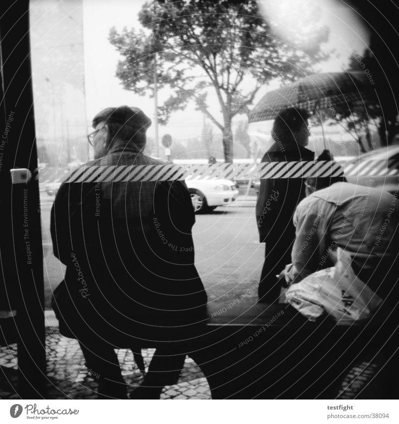 holga lo-fi Holga schwarz weiß Bushaltestelle Stadt Portugal Menschengruppe Schwarzweißfoto Porto warten