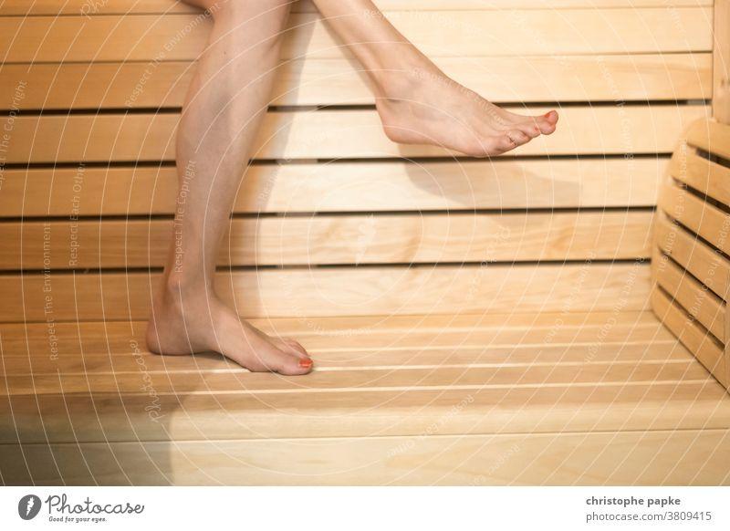 Füße einer Frau in Sauna Hitze Kur harmonisch Hygrometer Thermometer entspannung Zufriedenheit Erwachsene weiblich Innenaufnahme Farbfoto Wohlgefühl Gesundheit