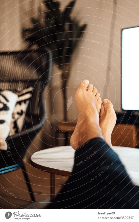 Füße entspannen in einer böhmischen Wohnung Mann entspannend Erholung Sommer Nacht pov Innenbereich Bohemien Möbel dekorativ Wohnzimmer modern Design flach groß