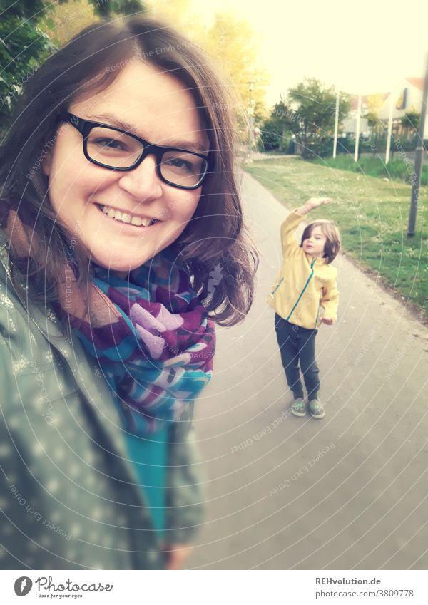 Selfie von einer Mutter mit Sohn selfie Frau Außenaufnahme Mensch Handy Lächeln lässig Erwachsene Glück schön Porträt Freude Lifestyle Kind Spaziergang Jacke