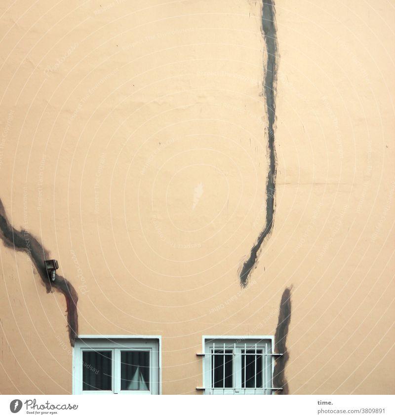 et hätt noch emmer joot jejange  | knapp daneben update haus fenster risse wand mauer ausgebessert vergittert wohnen kaputt sanierung außenlampe