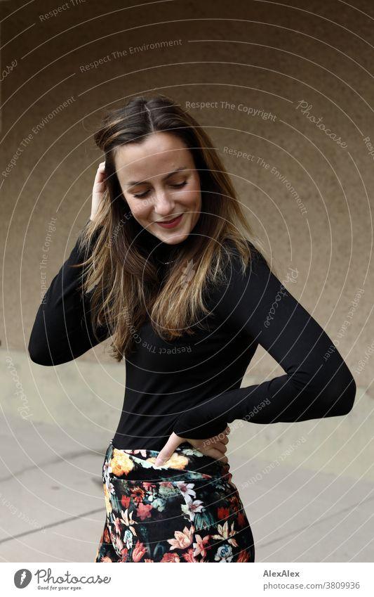 Seitliches Portrait einer jungen, lächelnden Frau mit Grübchen 18-30 Jahre schön fit schlank schlau freundlich angenehm attraktiv brünett langhaarig gesund