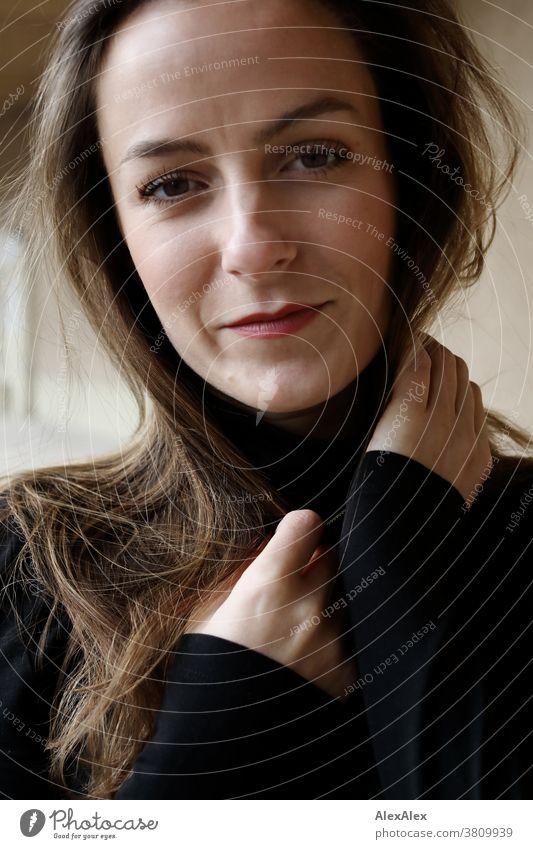 Nahes Portrait einer jungen Frau 18-30 Jahre schön fit schlank schlau angenehm attraktiv brünett langhaarig gesund frisch jugendlich authentisch natürlich