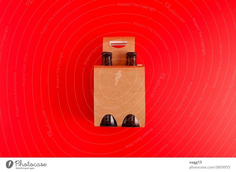 Präsentation einer Packung mit vier Bieren mit rotem Hintergrund bayerisch Belgier Getränk Schnaps Flasche Flaschen Kasten Marke Markenbildung Brauerei