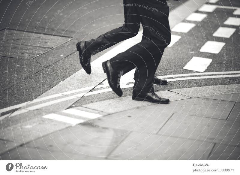 Anzugträger laufen Synchron über die Straße Business Teamwork gehen synchron Mann Bewegung Geschäftsmann Arbeit & Erwerbstätigkeit