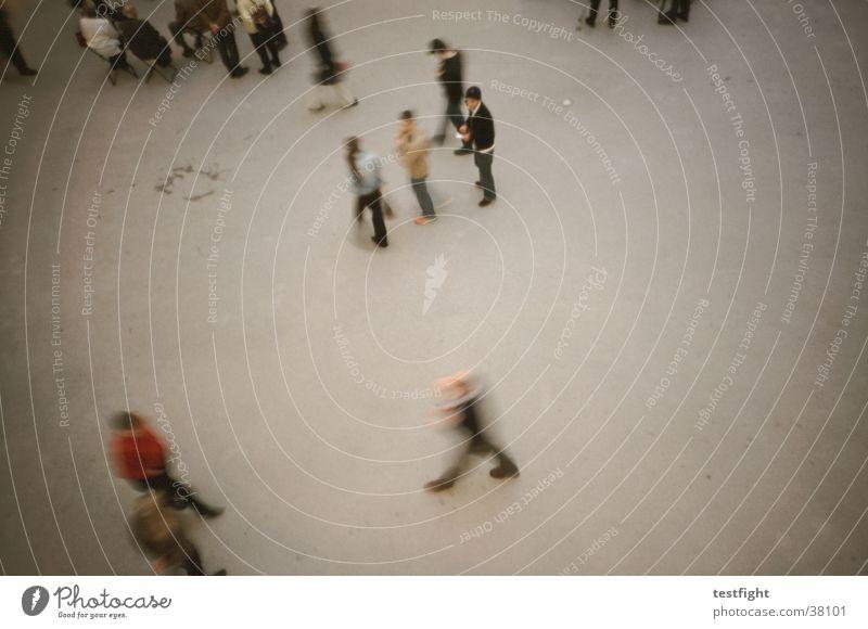 surveillance Mensch Menschengruppe Bewegung Lomografie Vogelperspektive Fußgänger Bewegungsunschärfe Besucher Publikum Platz Textfreiraum rechts