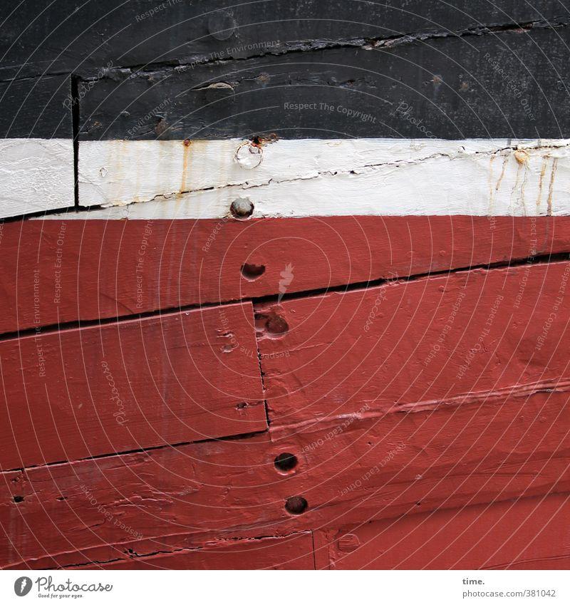 in Würde alt werden Schifffahrt Schiffsplanken Schiffswrack maritim Nagel Holz Armut authentisch historisch kaputt trashig rot schwarz weiß Endzeitstimmung