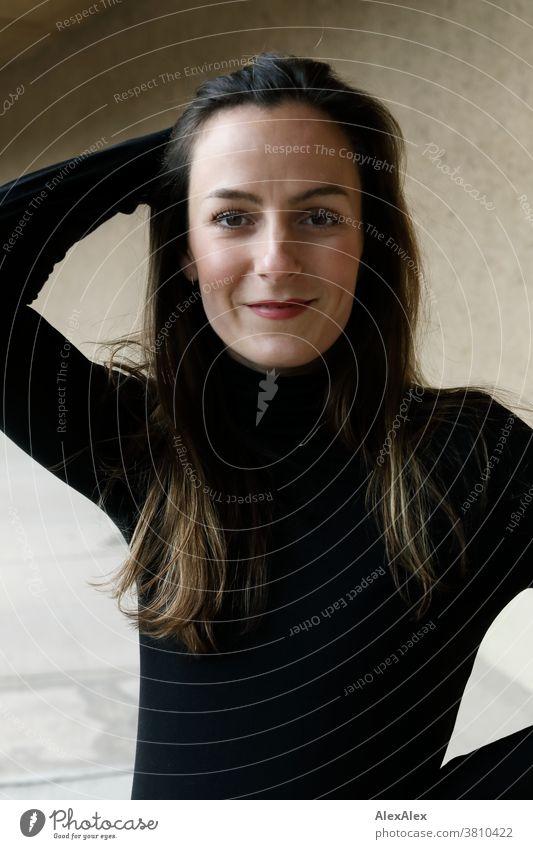 Nahes Portrait einer jungen, lächelnden Frau mit Grübchen 18-30 Jahre schön fit schlank schlau freundlich angenehm attraktiv brünett langhaarig gesund frisch