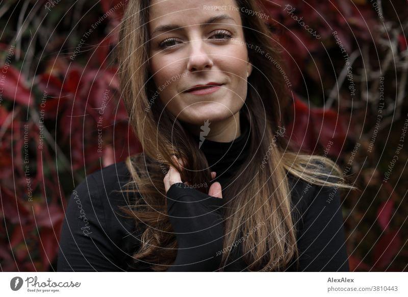Nahes Portrait einer jungen Frau vor wildem Wein 18-30 Jahre schön fit schlank schlau freundlich angenehm attraktiv brünett langhaarig gesund frisch jugendlich