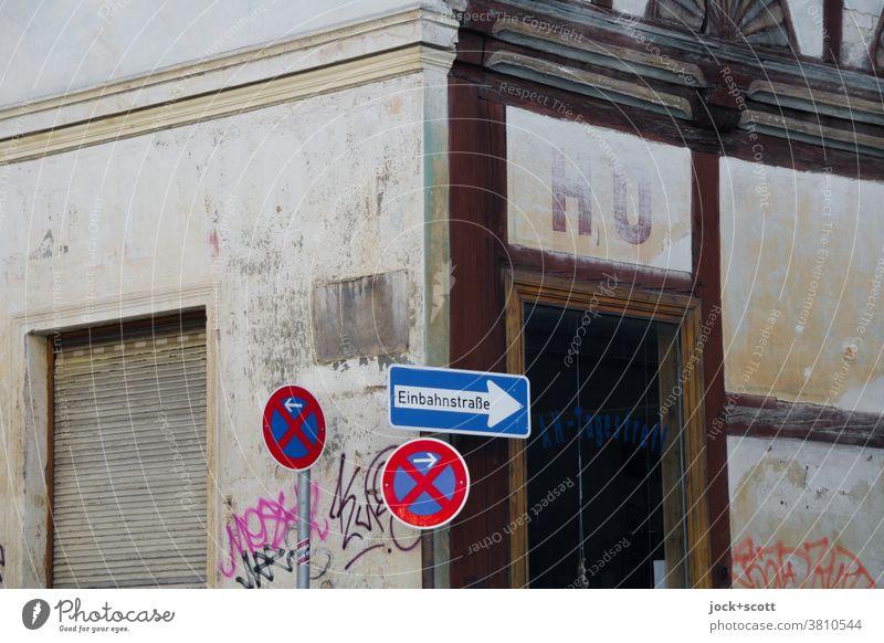HO hier und früher Fassade Vergangenheit Altbau Beschriftung Ecke Verkehrszeichen Verkehrsschild authentisch verwittert Fachwerkfassade Einbahnstraße