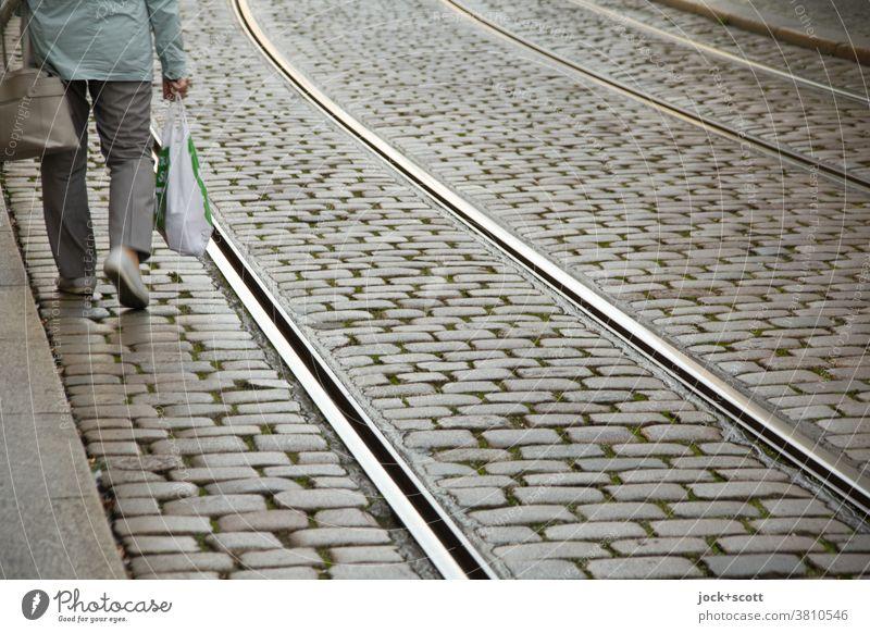 zurück vom Einkauf, alles kommt nicht in die Tüte Straße Kopfsteinpflaster Schiene Verkehrswege Beine Einkaufstasche gehen Fußgänger Brandenburg an der Havel