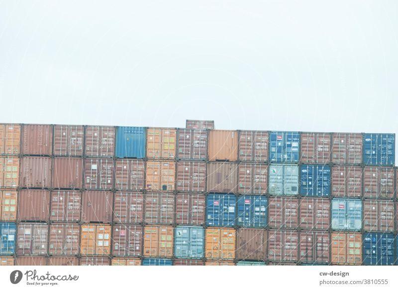 Tag der Demokratie und nationalen Einheit Container EInheit Schieflage abwärts Außenaufnahme Farbfoto bunt quadratisch Quadrat Quader quadratisches Format