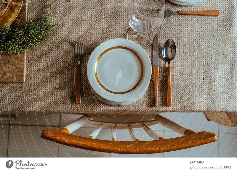 Holiday Gold Platzset, Weihnachtstisch mit Ornamenten und natürlichem Kiefernzweig auf dem Wohnzimmer Weihnachten Erntedankfest Tisch Gedeck Speisekarte