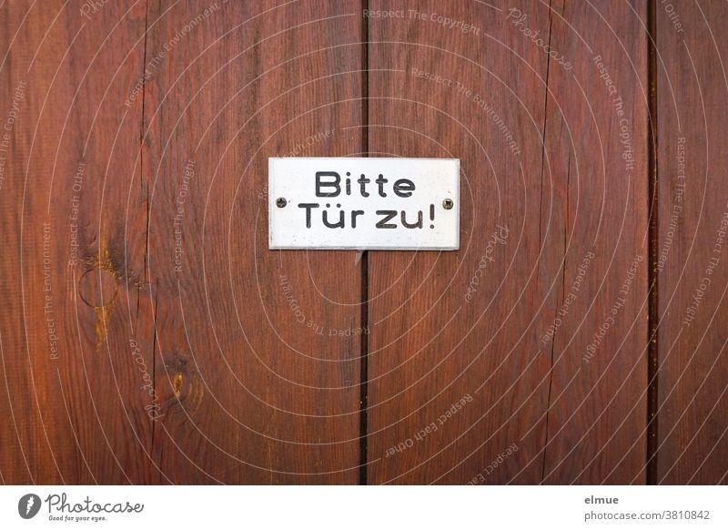 """""""Bitte Tür zu"""" steht in schwarzer Schrift auf einem weißen Schild an einer rotbraunen Holztür Bitte Tür zu! Aufforderung geschlossen Hinweisschild Eingangstür"""