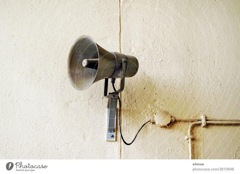 """Sehnsüchtig wartet sie auf die Lautsprecherdurchsage: """"Feierabend für heute!"""" aber das altertümliche Teil schweigt wie immer. marode Wand Technik"""